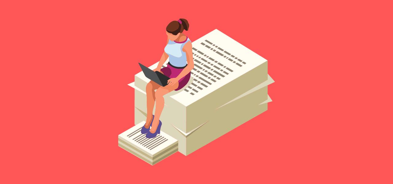 En dame som sitter og jobber oppå en bunke mer papirer, som inneholder tekst